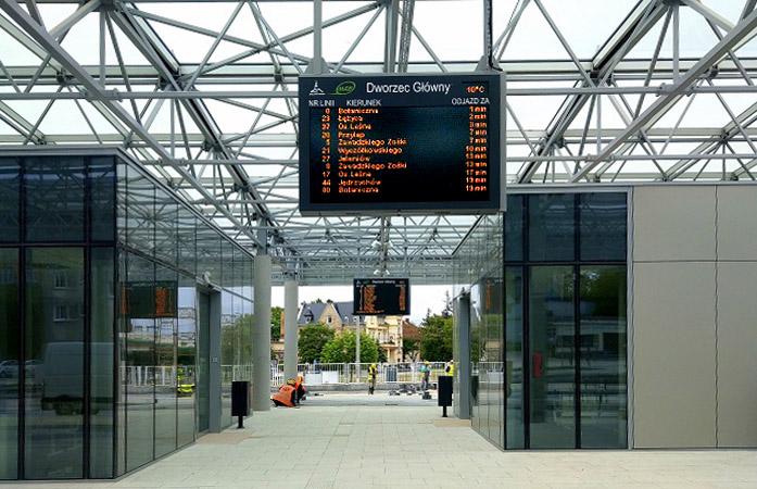 Wyświetlacze informacji pasażerskiej w centrum przesiadkowym w Zielonej Górze. Dysten Dynamic Passenger Information Displays in Zielona Góra city.